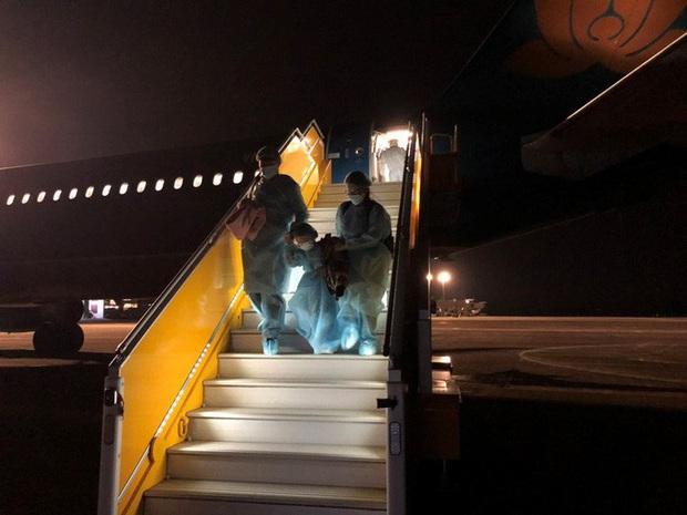 30 công dân Việt Nam về từ vùng dịch Vũ Hán trên chuyến bay đặc biệt được ra viện - Ảnh 2.