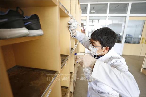 Nhiều tỉnh ở Nhật Bản bắt đầu đóng cửa trường học - Ảnh 1.
