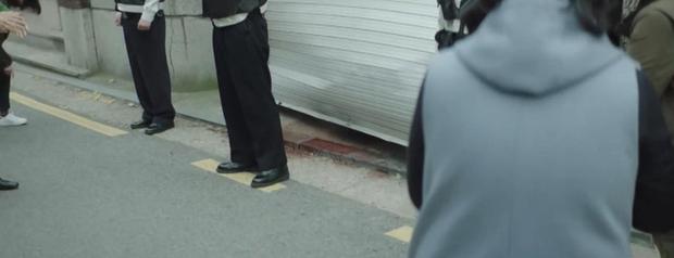 Trời Đẹp Em Sẽ Đến tập 3: Bị cả trường bêu rếu, Park Min Young thời trẻ nghé khô máu đấu tay ba với kẻ bắt nạt - Ảnh 2.