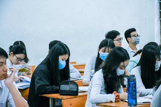 [Ảnh] Học sinh lớp 12 ở Đà Nẵng quay lại trường học sau kỳ nghỉ dài phòng dịch Covid-19 - Ảnh 3.