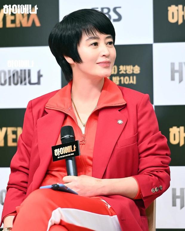 Nữ hoàng sexy Kim Hye Soo đụng váy với Son Ye Jin nhưng vì kiểu tóc nối siêu ẩu mà cô bị đàn em bỏ xa - Ảnh 3.
