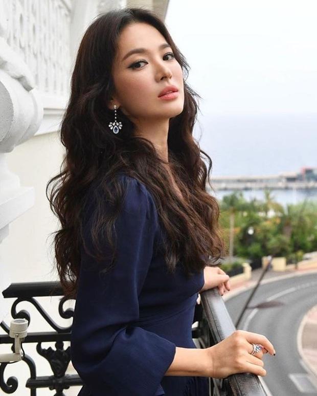 Nhìn lại mới thấy, đây là kiểu tóc giúp Song Hye Kyo cải lão hoàn đồng ngoạn mục nhất? - Ảnh 4.