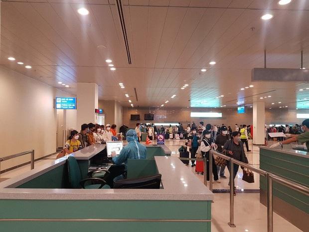 Cận cảnh 3 chuyến bay chở hơn 600 hành khách từ Hàn Quốc hạ cánh sân bay Cần Thơ  - Ảnh 6.