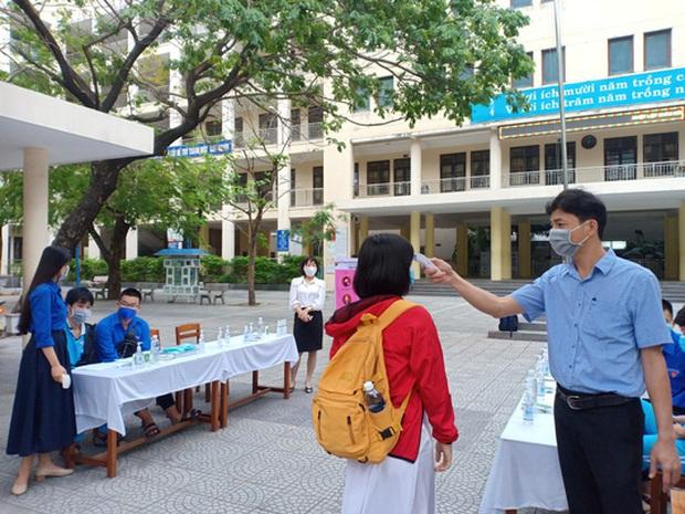 [Ảnh] Học sinh lớp 12 ở Đà Nẵng quay lại trường học sau kỳ nghỉ dài phòng dịch Covid-19 - Ảnh 5.