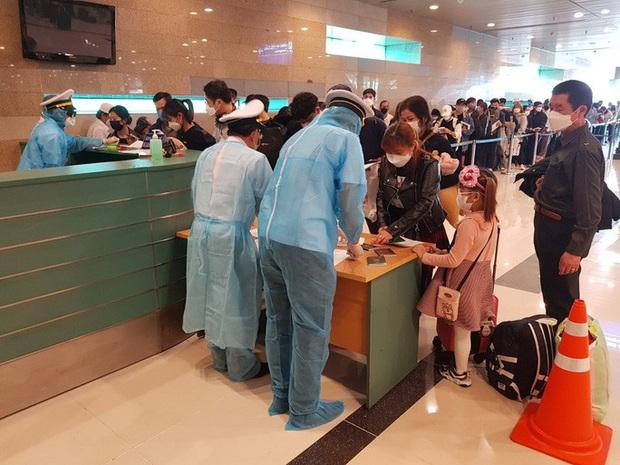 Cận cảnh 3 chuyến bay chở hơn 600 hành khách từ Hàn Quốc hạ cánh sân bay Cần Thơ  - Ảnh 7.
