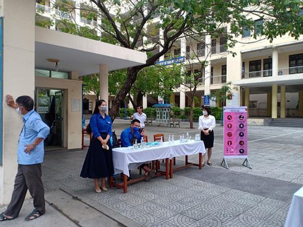 [Ảnh] Học sinh lớp 12 ở Đà Nẵng quay lại trường học sau kỳ nghỉ dài phòng dịch Covid-19 - Ảnh 6.