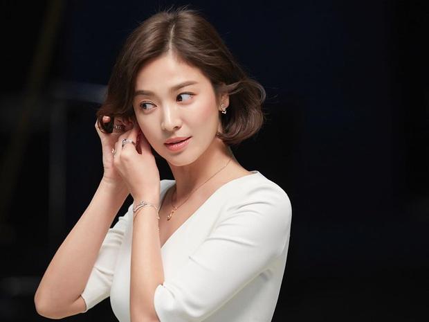 Nhìn lại mới thấy, đây là kiểu tóc giúp Song Hye Kyo cải lão hoàn đồng ngoạn mục nhất? - Ảnh 6.