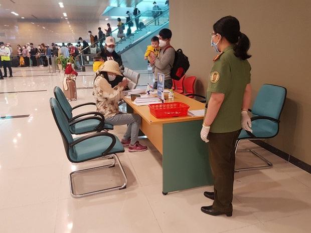 Cận cảnh 3 chuyến bay chở hơn 600 hành khách từ Hàn Quốc hạ cánh sân bay Cần Thơ  - Ảnh 8.