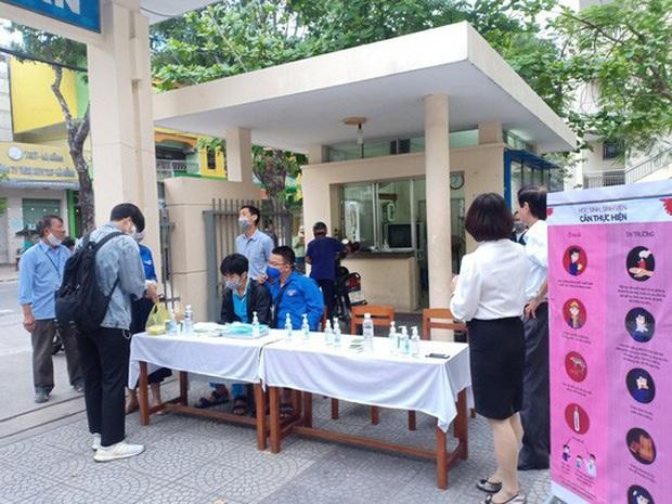 [Ảnh] Học sinh lớp 12 ở Đà Nẵng quay lại trường học sau kỳ nghỉ dài phòng dịch Covid-19 - Ảnh 7.