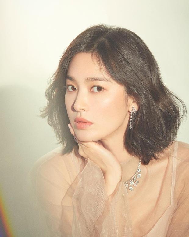 Nhìn lại mới thấy, đây là kiểu tóc giúp Song Hye Kyo cải lão hoàn đồng ngoạn mục nhất? - Ảnh 7.