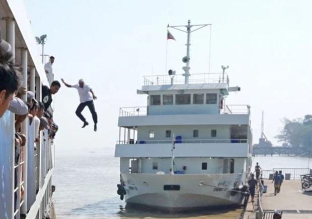 Khoảnh khắc vị thuyền trưởng già không chần chừ, nhảy xuống sông từ độ cao 12m để giải cứu người phụ nữ sắp chết đuối - Ảnh 1.