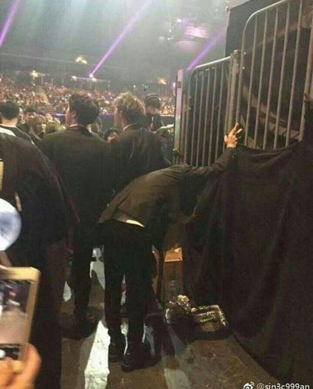 Dốc 100% nhiệt huyết trên sân khấu, BTS gây xót xa khi người trong ngành tiết lộ nhóm từng ngã gục, phải thở oxy sau cánh gà - Ảnh 10.