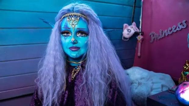 Dành trọn tình yêu cho phim viễn tưởng, cô gái đều đặn mỗi ngày hóa phép để biến toàn thân thành màu xanh hệt như phim Avatar - Ảnh 1.