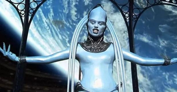 Dành trọn tình yêu cho phim viễn tưởng, cô gái đều đặn mỗi ngày hóa phép để biến toàn thân thành màu xanh hệt như phim Avatar - Ảnh 2.
