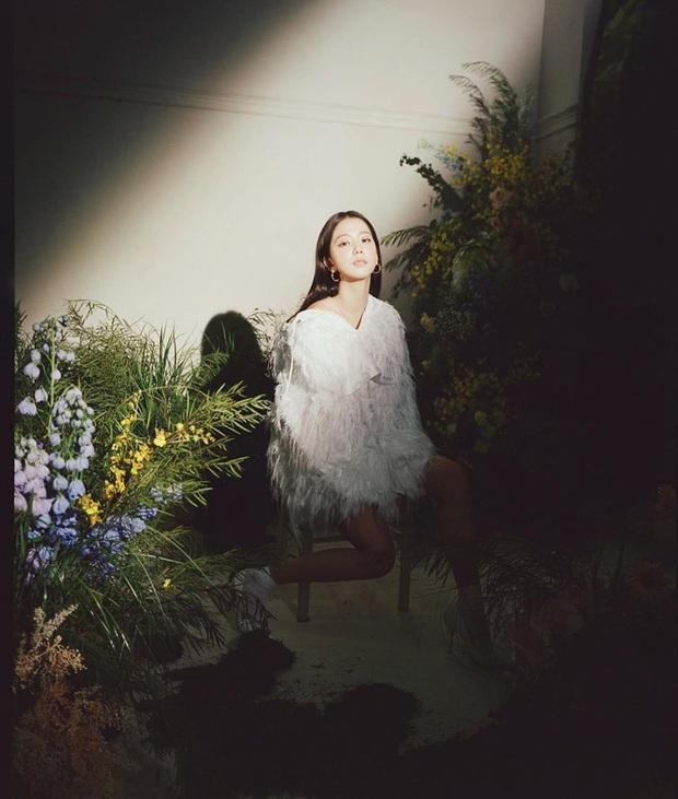 Thật cân não khi Song Hye Kyo - Jisoo đụng hàng: Tường thành nhan sắc kín như bưng, idol trẻ buông lơi lả lướt quá - Ảnh 3.