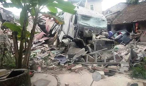 Xe tải đâm sập nhà dân lúc rạng sáng, cả gia đình ôm nhau bỏ chạy - Ảnh 1.