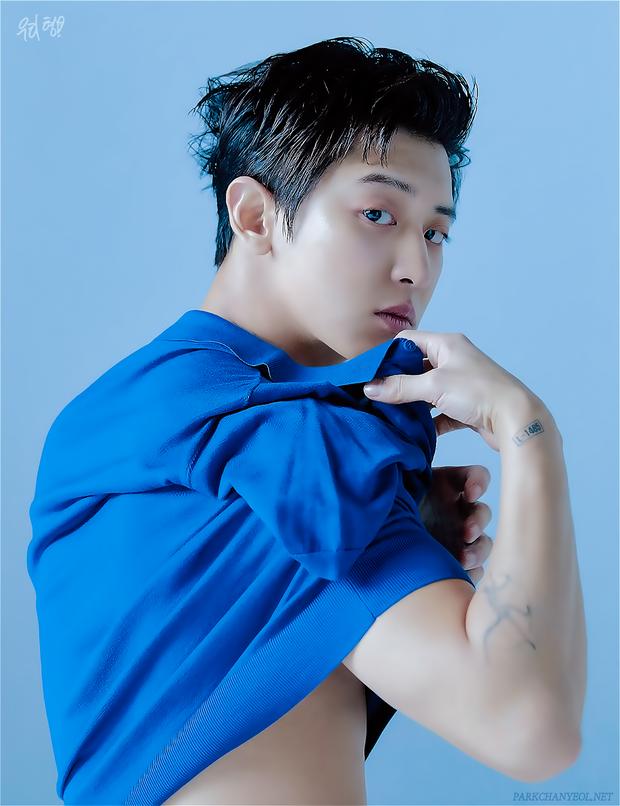 """Để lại kiểu đầu cũ, Chanyeol (EXO) khiến fan """"tá hỏa"""" vì ảnh chụp mới mà y hệt 8 năm trước: Hậu duệ ma cà rồng chăng? - Ảnh 9."""