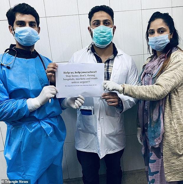 Các y bác sĩ trên toàn thế giới đồng loạt giơ cao thông điệp ý nghĩa: Chúng tôi đang làm việc vì các bạn còn các bạn hãy ở nhà vì chúng tôi - Ảnh 3.