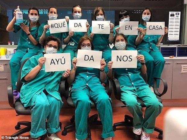 Các y bác sĩ trên toàn thế giới đồng loạt giơ cao thông điệp ý nghĩa: Chúng tôi đang làm việc vì các bạn còn các bạn hãy ở nhà vì chúng tôi - Ảnh 7.