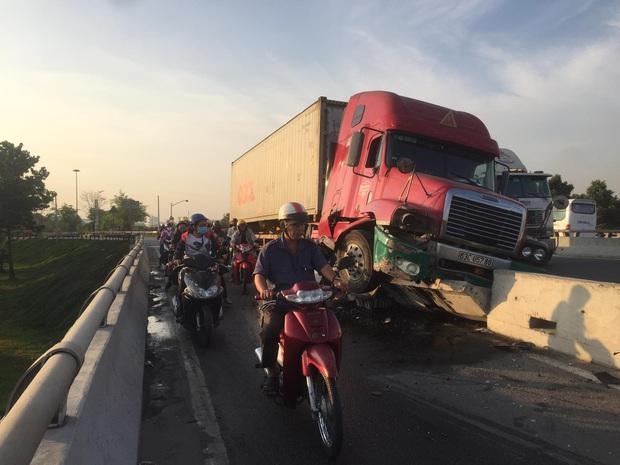 Tài xế container buồn ngủ làm xiếc trên quốc lộ, nhiều người may mắn thoát chết ở Sài Gòn - Ảnh 2.