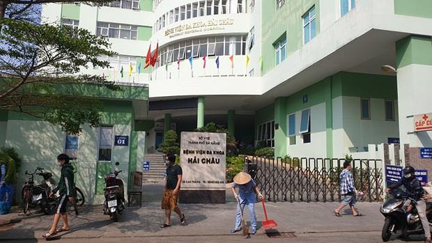 Phó giám đốc Sở Y tế Đà Nẵng khẳng định 5 người trong gia đình bệnh nhân Covid-19 tự ý bỏ về nhà: Họ đã phá cửa sau để ra khỏi khu cách ly - Ảnh 2.