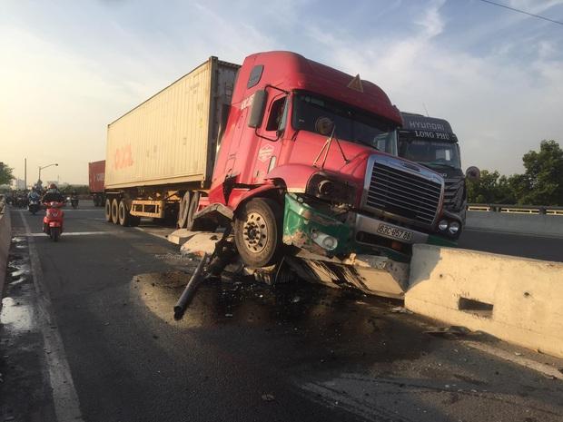 Tài xế container buồn ngủ làm xiếc trên quốc lộ, nhiều người may mắn thoát chết ở Sài Gòn - Ảnh 1.
