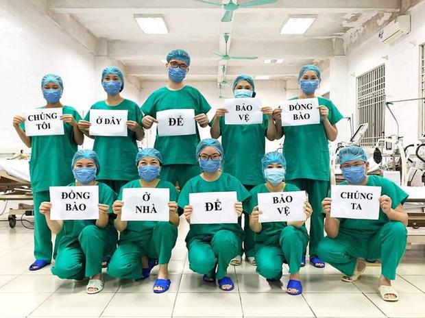 Các y bác sĩ trên toàn thế giới đồng loạt giơ cao thông điệp ý nghĩa: Chúng tôi đang làm việc vì các bạn còn các bạn hãy ở nhà vì chúng tôi - Ảnh 11.