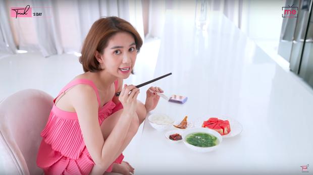 Bỏ mấy trăm triệu mua bàn ăn nhưng Ngọc Trinh lại ăn uống rất đơn giản, bữa trưa chỉ có hai món giá vài chục nghìn - Ảnh 4.