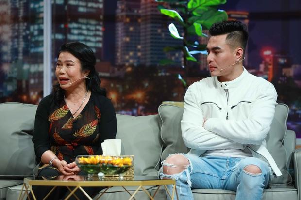 Lê Dương Bảo Lâm chơi lớn, tặng mẹ nhẫn kim cương trên sóng truyền hình - Ảnh 1.