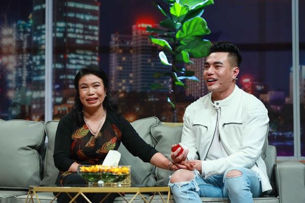Lê Dương Bảo Lâm chơi lớn, tặng mẹ nhẫn kim cương trên sóng truyền hình - Ảnh 2.