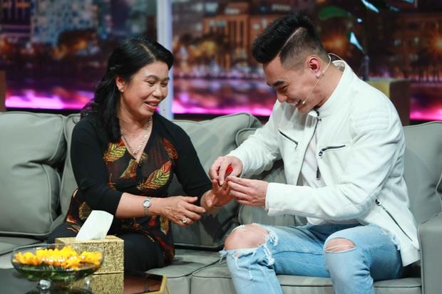 Lê Dương Bảo Lâm chơi lớn, tặng mẹ nhẫn kim cương trên sóng truyền hình - Ảnh 4.