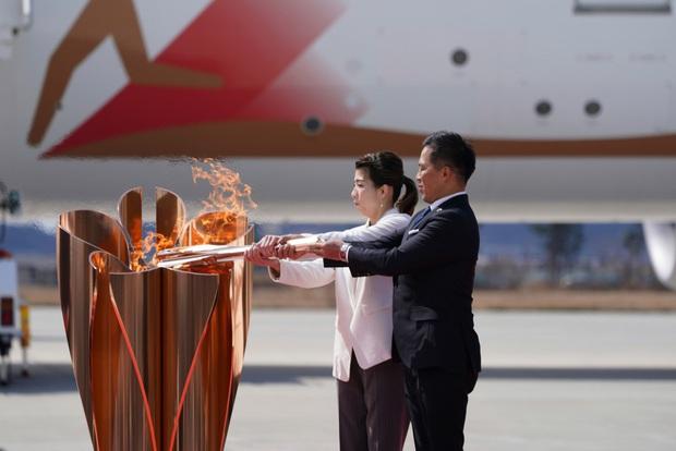 Đuốc Olympic 2020 lặng lẽ đến Nhật Bản giữa những hoài nghi và lo ngại vì dịch Covid-19 - Ảnh 3.
