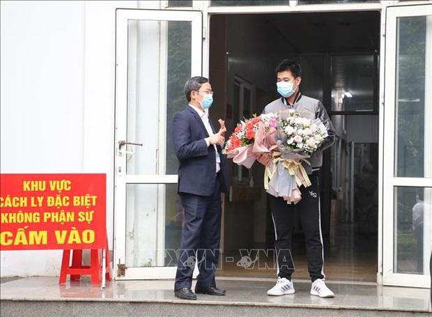 Bệnh nhân mắc COVID-19 số 18 được xuất viện ở Ninh Bình - Ảnh 1.