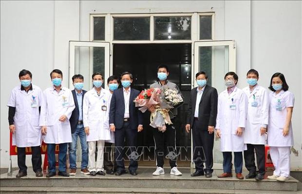 Bệnh nhân mắc COVID-19 số 18 được xuất viện ở Ninh Bình - Ảnh 2.