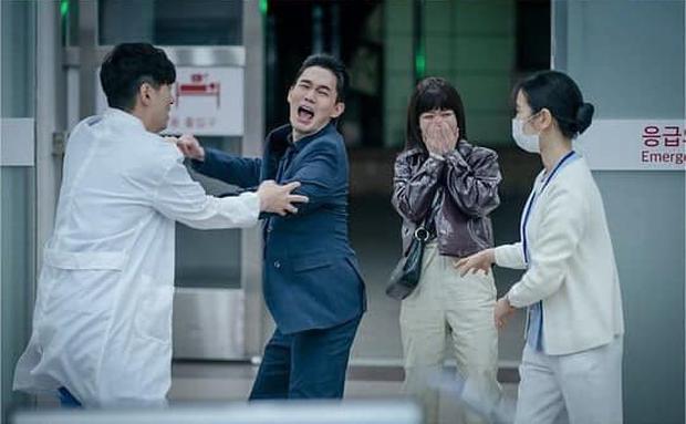 NSX tự spoil cực mạnh tập 15 Tầng Lớp Itaewon: Park Sae Ro Yi bê bết máu, may quá anh được cấp cứu rồi! - Ảnh 2.