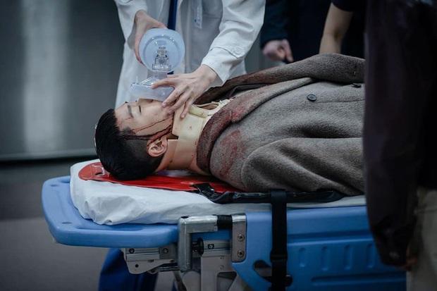 NSX tự spoil cực mạnh tập 15 Tầng Lớp Itaewon: Park Sae Ro Yi bê bết máu, may quá anh được cấp cứu rồi! - Ảnh 1.