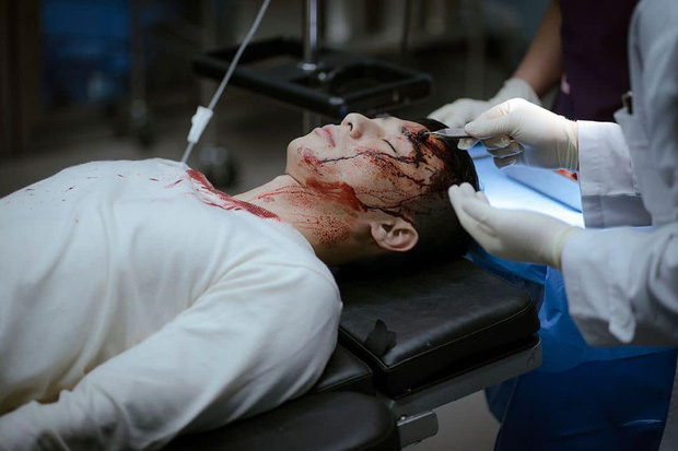 NSX tự spoil cực mạnh tập 15 Tầng Lớp Itaewon: Park Sae Ro Yi bê bết máu, may quá anh được cấp cứu rồi! - Ảnh 4.