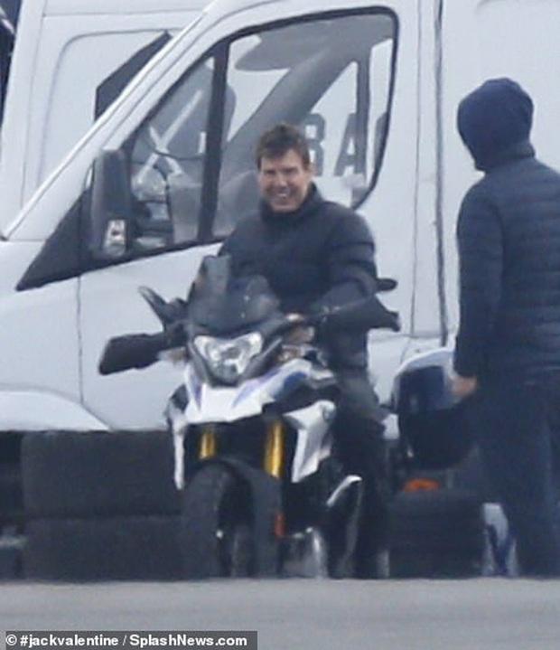 Hậu trường Mission: Impossible 7 lộ ảnh Tom Cruise bốc đầu phân khối lớn cực ngầu, chuẩn sugar daddy của chị em đây rồi! - Ảnh 9.