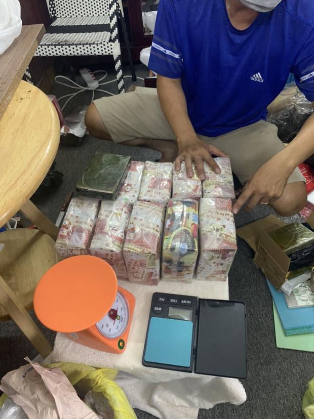 Bắt nhóm đối tượng buôn 50 bánh heroin, 35kg ma tuý, giao dịch bằng xe đạp giữa trung tâm Sài Gòn - Ảnh 2.