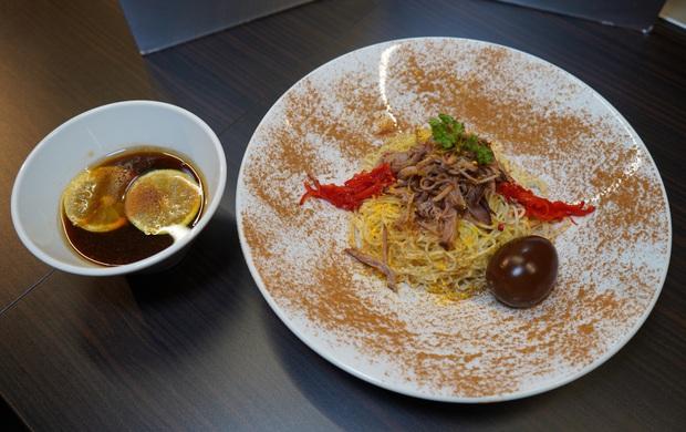 Biến nước ngọt có ga thành một loại... nước chấm để ăn với mì ramen, người Nhật ngày càng sáng tạo trong ẩm thực rồi! - Ảnh 1.