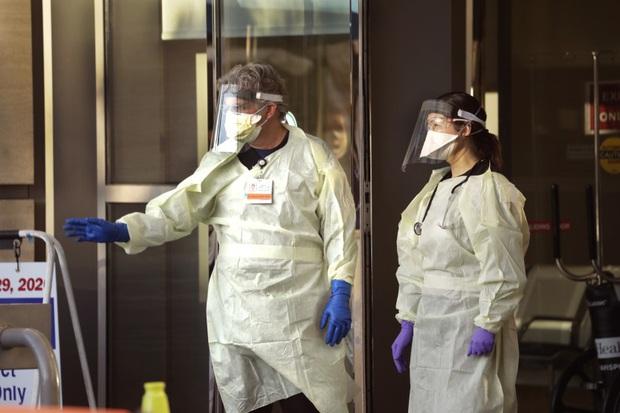 Bệnh viện London thất thủ vì Covid-19, y tá kiệt sức trùm túi rác làm việc do đồ bảo hộ thiếu trầm trọng - Ảnh 2.
