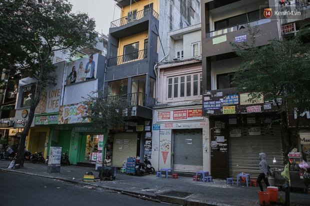 Những con đường sầm uất bậc nhất Sài Gòn nay còn đâu: Hàng loạt quán xá treo biển đóng cửa, hưởng ứng lời kêu gọi chống dịch Covid-19 - Ảnh 18.