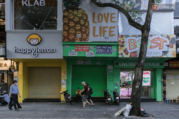 Những con đường sầm uất bậc nhất Sài Gòn nay còn đâu: Hàng loạt quán xá treo biển đóng cửa, hưởng ứng lời kêu gọi chống dịch Covid-19 - Ảnh 16.