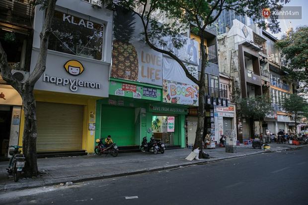 Những con đường sầm uất bậc nhất Sài Gòn nay còn đâu: Hàng loạt quán xá treo biển đóng cửa, hưởng ứng lời kêu gọi chống dịch Covid-19 - Ảnh 14.
