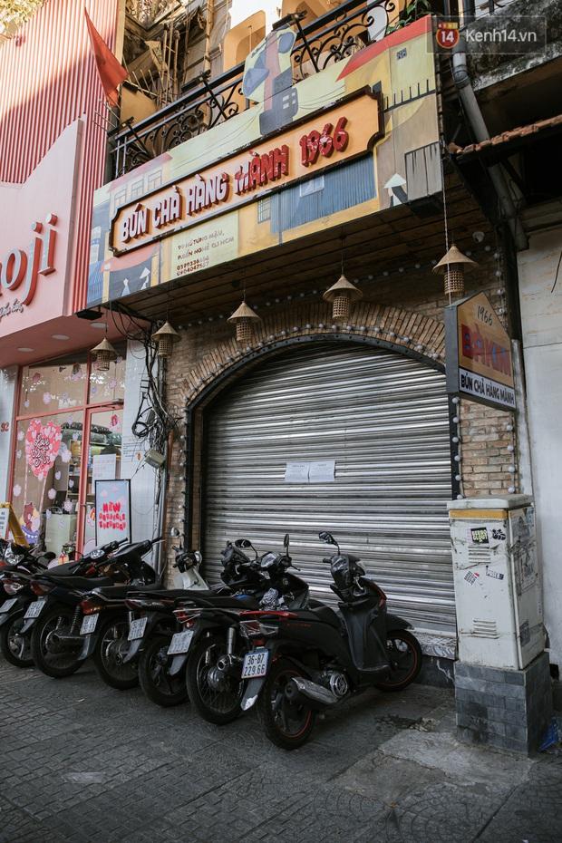 Những con đường sầm uất bậc nhất Sài Gòn nay còn đâu: Hàng loạt quán xá treo biển đóng cửa, hưởng ứng lời kêu gọi chống dịch Covid-19 - Ảnh 24.