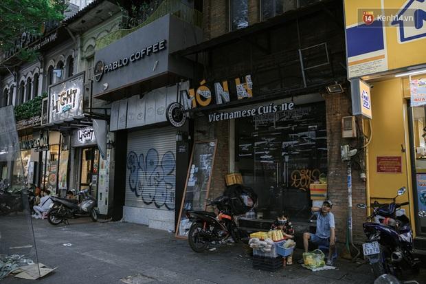Những con đường sầm uất bậc nhất Sài Gòn nay còn đâu: Hàng loạt quán xá treo biển đóng cửa, hưởng ứng lời kêu gọi chống dịch Covid-19 - Ảnh 27.