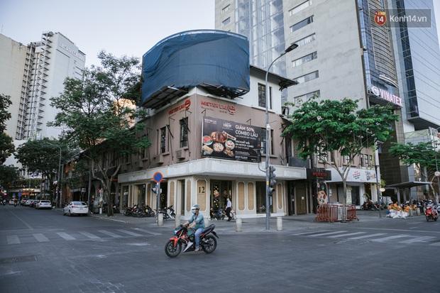 Những con đường sầm uất bậc nhất Sài Gòn nay còn đâu: Hàng loạt quán xá treo biển đóng cửa, hưởng ứng lời kêu gọi chống dịch Covid-19 - Ảnh 12.