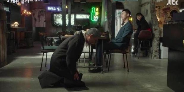 Lão Jang quỳ gối trước Park Seo Joon ở TẬP CUỐI TẦNG LỚP ITAEWON, lý do chỉ vì thiếu tiền trả một bữa ăn, ủa bác? - Ảnh 2.