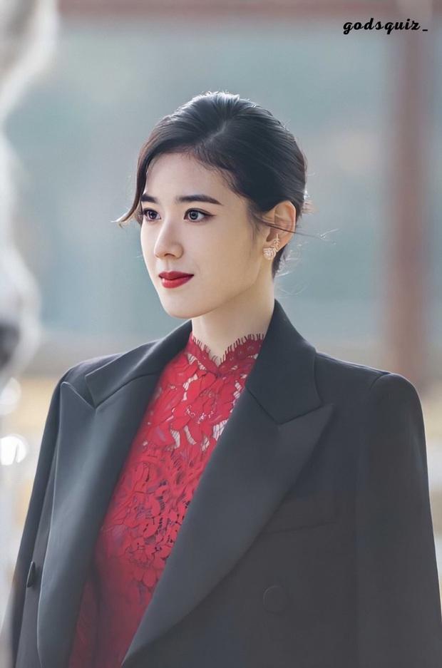 Điên đảo với thần thái nữ thủ tướng ở Bệ Hạ Bất Tử của Lee Min Ho, visual sắc sảo thế này tiễn Kim Go Eun ra chuồng gà được chưa? - Ảnh 1.