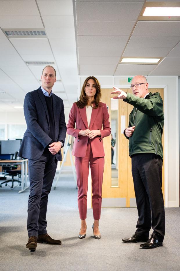 Lần đầu tiên Công nương Kate diện nguyên bộ suit, là học phá vỡ quy tắc Hoàng gia từ em dâu Meghan? - Ảnh 1.